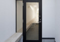 硝子の庇と硝子框戸の玄関
