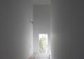 玄関のアイストップには植栽のある窓を配置
