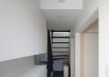 玄関ホール・階段下に蓄熱暖房機を備える