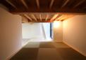 自然光の入る床下納戸