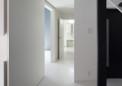 玄関ホールから見る・青の壁の部屋は主寝室