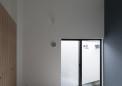 主寝室・窓外は壁の内側の光庭