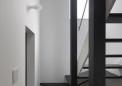 玄関奥には階段(右下に蓄熱暖房機)