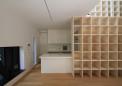 本棚と組み合わせたキッチン