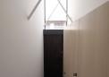玄関ドア上部は明かり取り窓