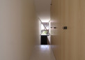 2階廊下から玄関を見る