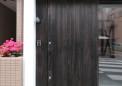 スチールの引き戸に無垢の板を貼った玄関ドア
