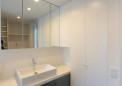 造作による洗面台と収納
