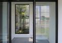 09中庭が見える玄関ホール