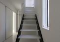 11_階段・左奥は寝室とサニタリー