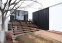 増築部から庭へ・増築部のリビングと庭、既存部リビングをつなぐ大階段